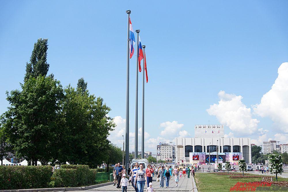 В честь Дня России над эспланадой торжественно подняли Государственный флаг РФ, флаги Пермского края и Перми.