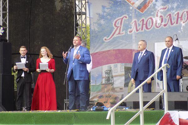 Праздник открыли на Театральной площади.