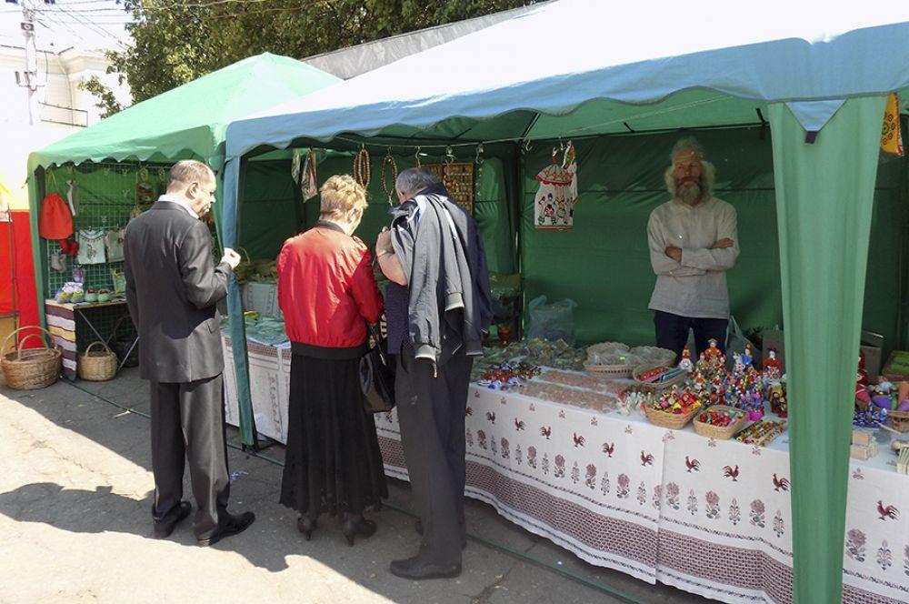 Также на ярмарке можно было купить сувениры.