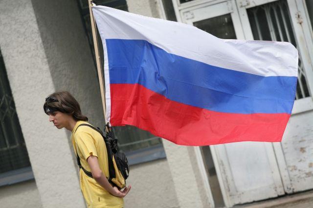 Директора школы в Гурьевске оштрафовали за отсутствие на здании флага России.