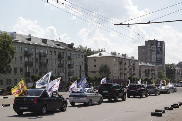 Колонна проехала по Октябрьскому проспекту.