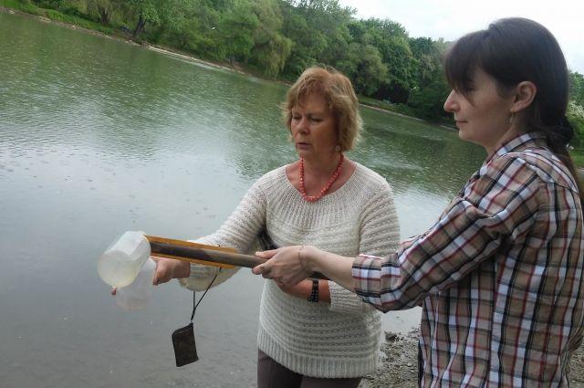 Сотрудники института пытаются разгадать загадку озера.