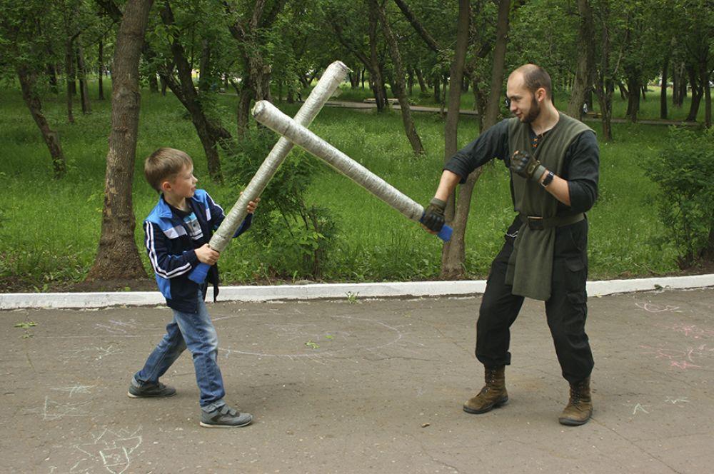 Или принять участие в битве на мечах.