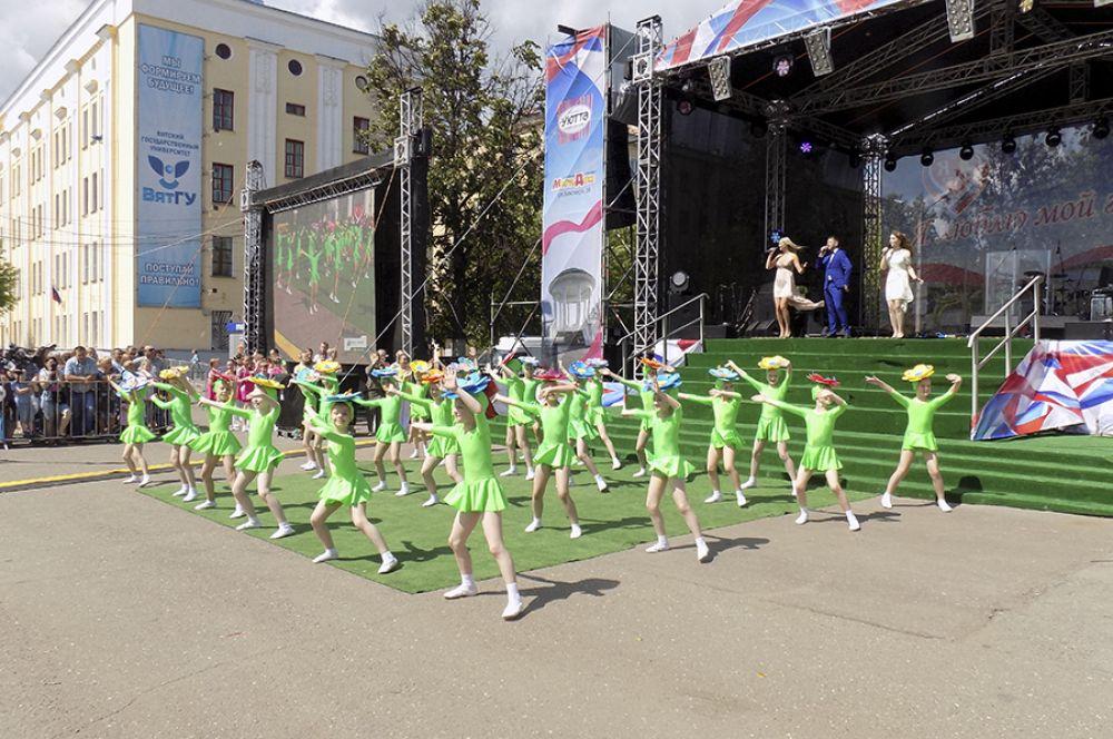 Весь день на главной сцене города проходили выступления.