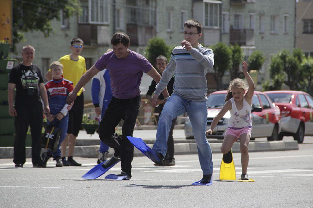 После гости праздника приняли участие в веселых соревнованиях.