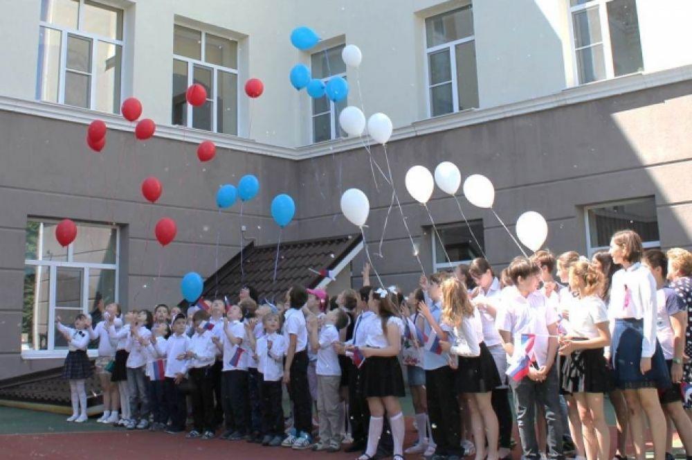 На празднике был проведен конкурс плакатов, рисунков и поделок на патриотическую тематику. Ребята исполняли стихи и песни о Родине. В конце праздника они отпустили в небо воздушные шары.