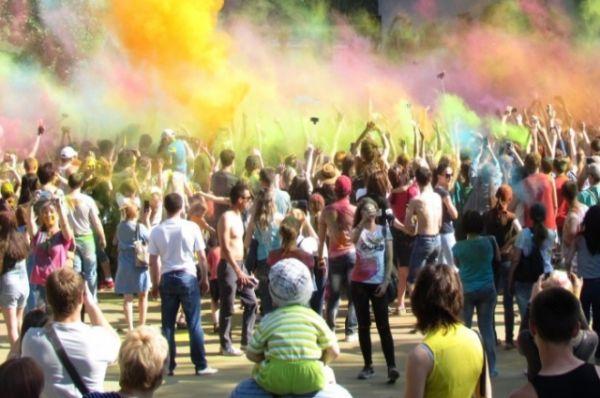 Здесь выступили творческие коллективы Ворошиловского района, а также прошёл яркий фестиваль красок, участники которого запустили в небо десятки мешочков с сухой краской холи.