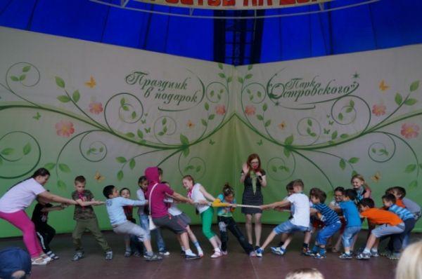 Для многочисленных посетителей парка были устроены конкурсы, участники которых вспоминали символику России и своих великих соотечественников, угадывали патриотические мелодии, показывали знания русских народных сказок и соревновались в перетягивании каната.