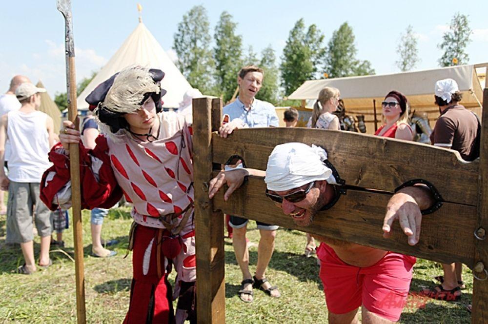 Гости развлекались вместе со средневековыми персонажами. Они не боялись палача и спокойно совали голову в кандалы, в гильотину. В средние века такой юмор бы не одобрили.