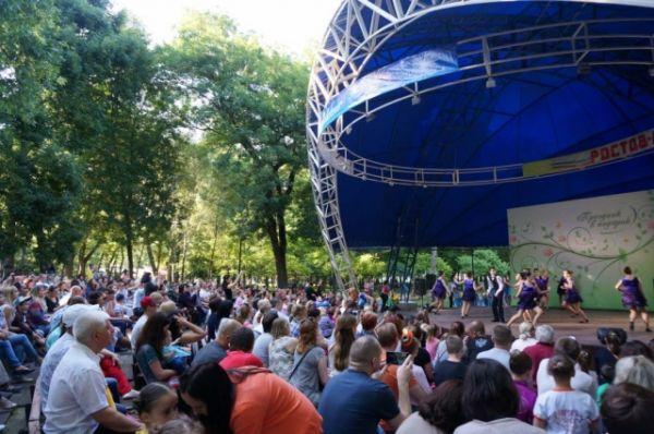 В парке им. Островского состоялась праздничная программа, посвященная Дню России.
