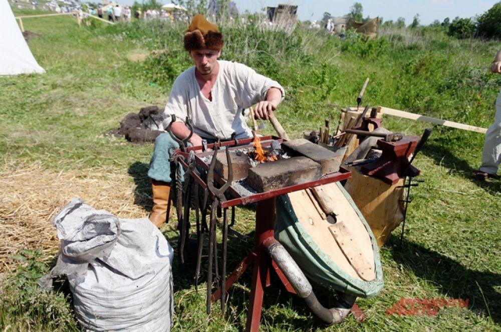 Неподалёку работал и кузнец, который использовал технологию, которая давно забыта и восстановлена любителями старых ремёсел.