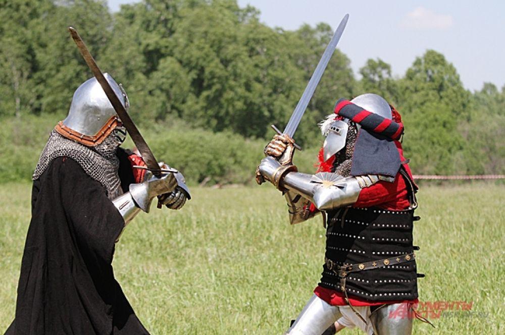 Рыцари в доспехах признались, что им жарко. Потрогали железо и правда раскалилось. Но отказываться от поединка не стали, события ждали давно и зрителям нравится такой бой.