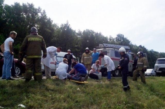 Спасатели эвакуировали пострадавших из машины