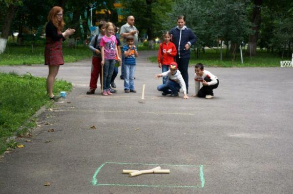 Вспомнили юные ростовчане и русскую народную игру городки.