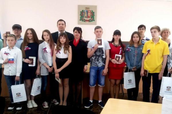 Торжественная церемония состоялась в администрации района. Участвовали не только официальные лица, но и родители юных граждан России.