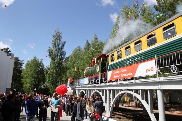 Маленьким новосибирцам очень нравится на детской железной дороге