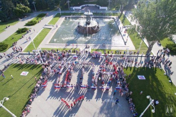 Флешмоб состоялся на Фонтанной площади перед театром им. М. Горького. Он стал кульминацией ярких акций, организованных ростовской молодежью в честь государственного праздника. Более 500 юношей и девушек выстроились в слово «Россия» и исполнили гимн страны.