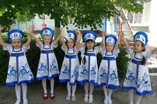 Они исполнили песни о России, танцы «Реченька», «Василек», ответили на вопросы викторины о России.