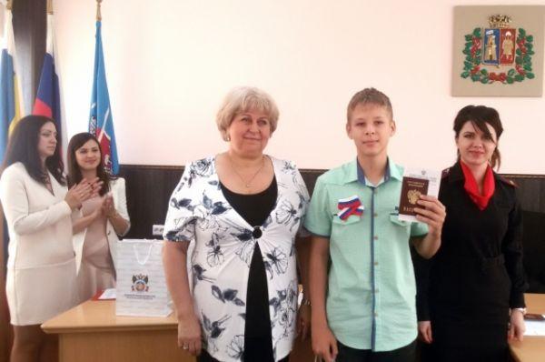 Юным гражданам Ворошиловского района 14-летним жителям вручили паспорта.