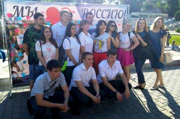 Необычная акция под названием «Мы любим Россию!» состоялась в день национального праздника.  Каждый желающий мог написать на специальном стикере признание в любви своей стране и приклеить его на большой баннер с картой России.