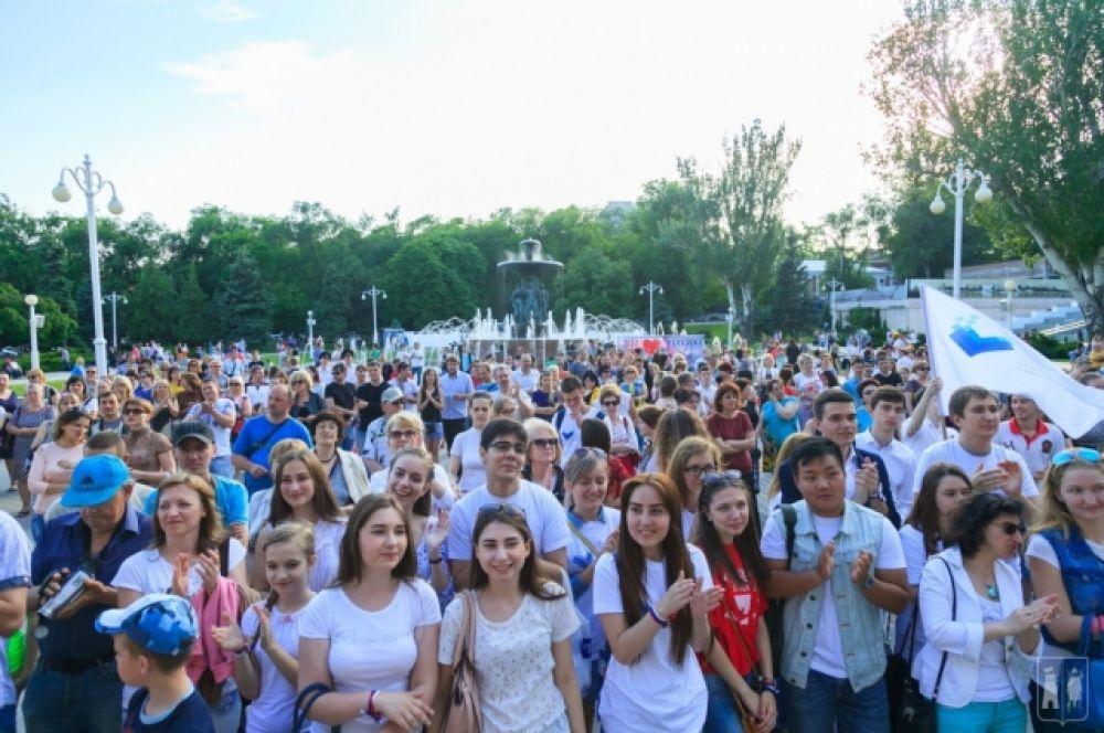 На площади перед сценой собрались тысячи человек, многие из которых пришли на праздник со своими детьми.