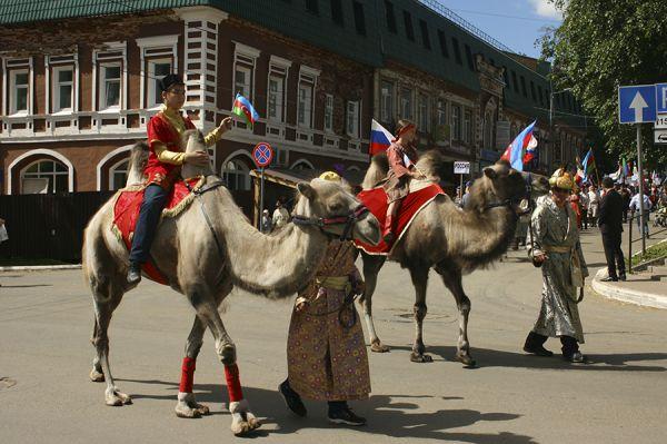 Первые участники парада восседали на верблюдах.