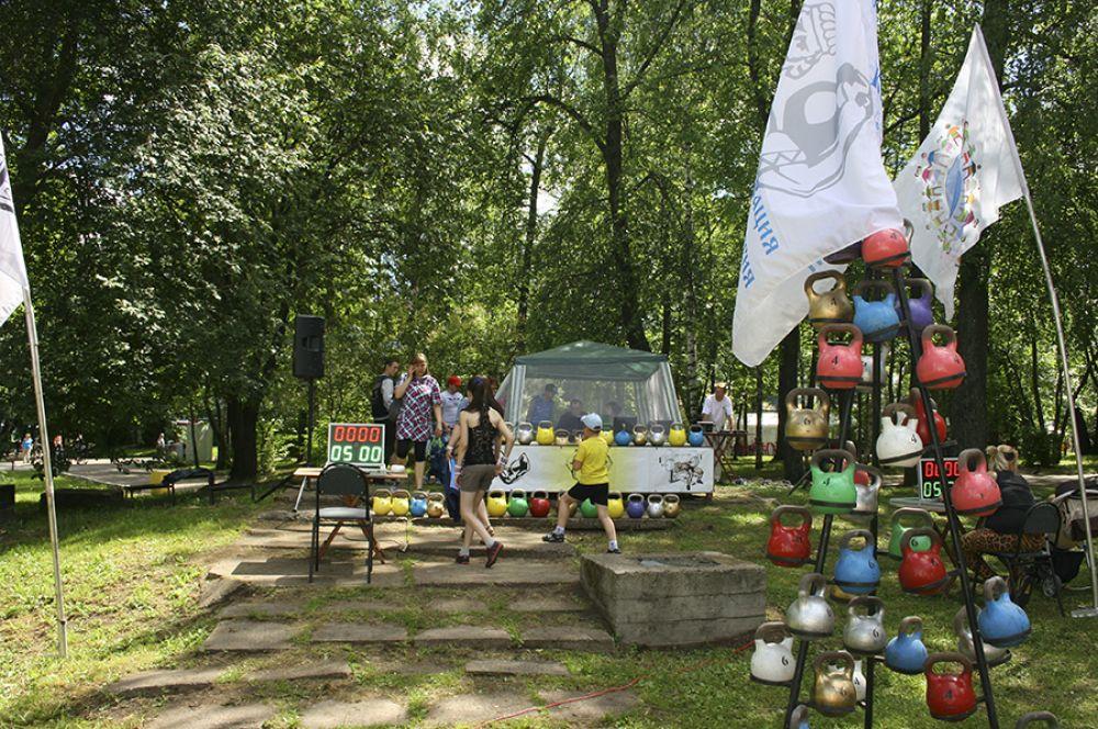 Здесь же, в Александровском саду, прошел гиревой турнир.