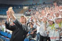 Селфи самого известного баскетболиста России с ребятами из первой смены летних лагерей Москомспорта.