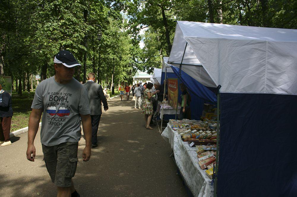 В это же время в Александровском саду открыли торговые палатки.