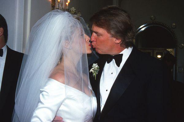 Второй женой Дональда Трампа стала актриса Марла Энн Мейплз, на которой бизнесмен женился в 1993 году, которой тогда было 29 лет. От этого брака у него есть дочь Тиффани. Они развелись в 1999 году.