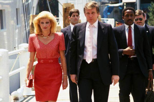 Первый брак миллиардера состоялся в 1977 году: Трамп женился на чехословацкой модели, 28-летней Иване Зельничковой, которая родила ему троих детей: Дональда-младшего, Иванку и Эрика. В 1992 году пара развелась.