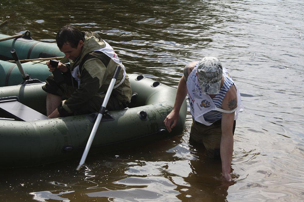 Когда клева нет, рыбаки готовы пойти на разные хитрости. Может руками проще поймать?..