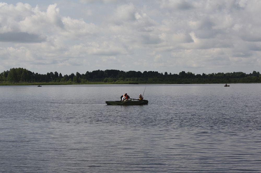 Рыбак рыбака видит издалека. Площадь Арбажского водохранилища почти 200 га, так что рыбакам тесно не было.