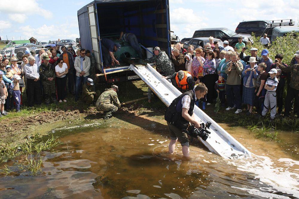 Зарыбливание пруда стало событием для многих жителей Арбажа.