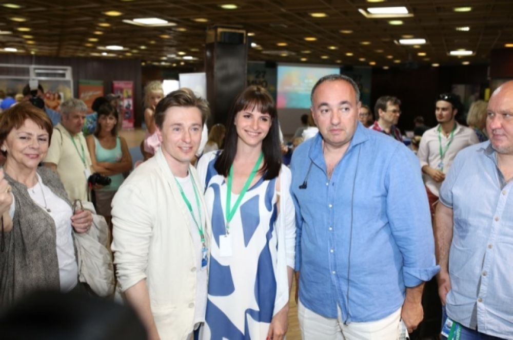 Александр Роднянский лично встречал Сергея Безрукова и Анну Матисон.