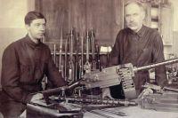 Федор Токарев с сыном Николаем у ручного пулемета системы Максима-Токарева образца 1925 года.