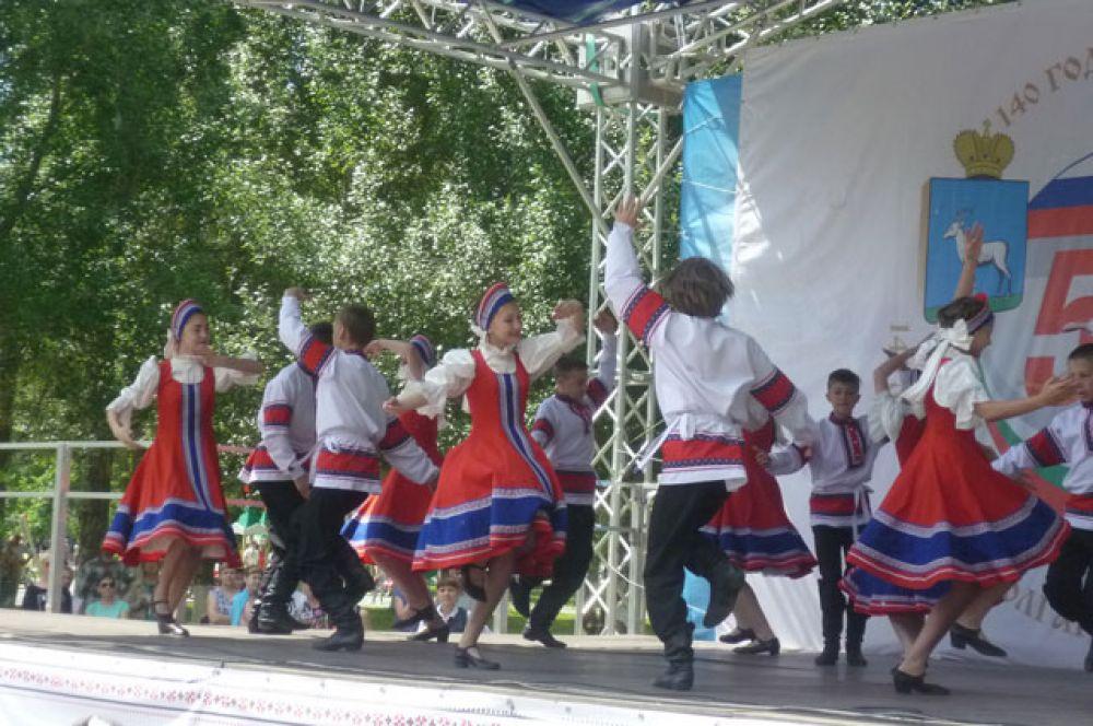 В рамках концертной программы в честь дружбы народов станцевали и русскую барыню.