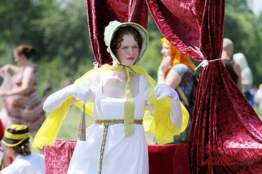 За битвами наблюдали и прекрасные дамы. Девушки признают, чтобы создать один костюм может уйти несколько месяцев. Сначала нужно изучить, какие они были, потом браться за шитьё.