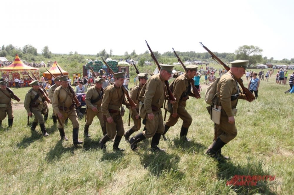 Наши били немцев в «Курской битве». На поле вышли полки армий противников, три танка, бронеавтомобили, автомобили тех времён. Всё оружие - муляжи, которые стреляют холостыми.