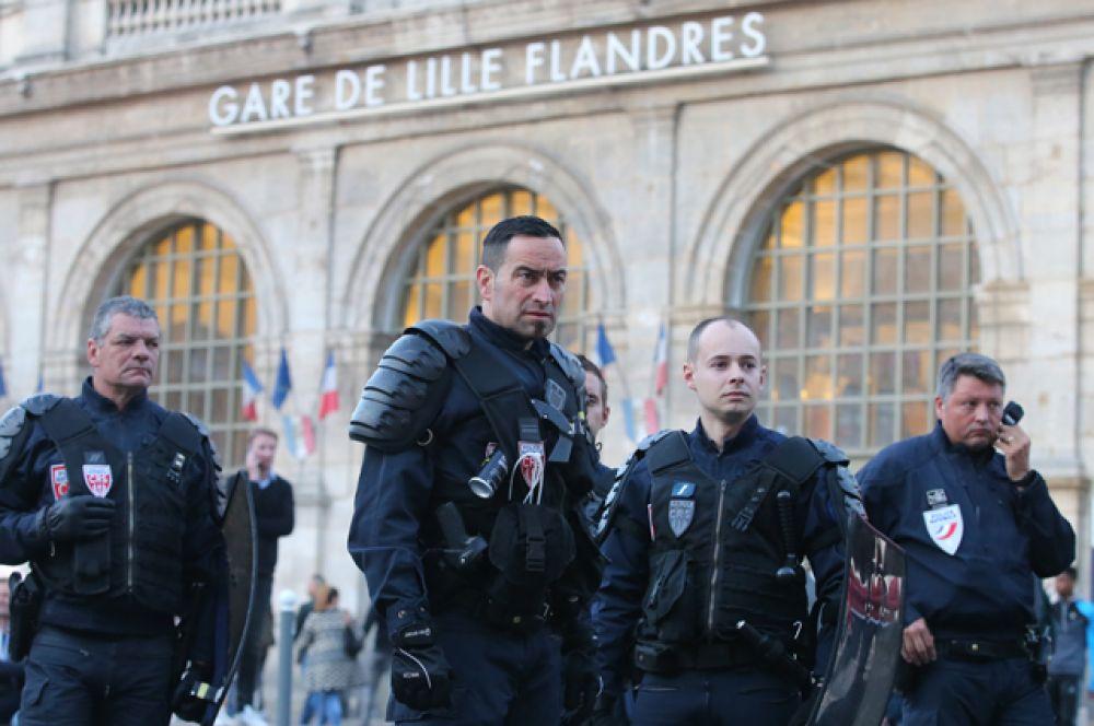 Сотрудники полиции на одной из улиц во французском городе Лилле.