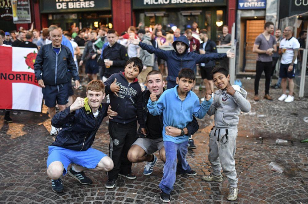 Болельщики на одной из улиц во французском городе Лилле.
