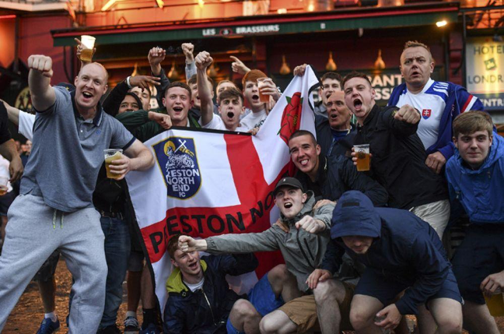 Английские болельщики прошедшей ночью заняли центральную площадь в Лилле, где сегодня в матче Евро-2016 встретятся сборные России и Словакии.