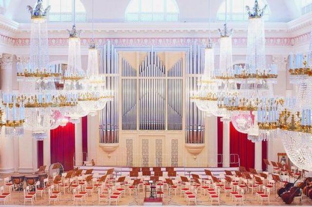 Здание Филармонии спроектировал знаменитый архитектор Карл Росси.