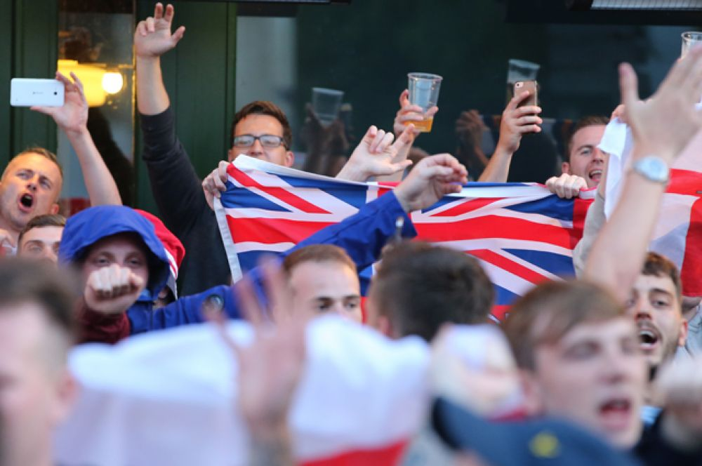 Английские болельщики на одной из улиц во французском городе Лилле.