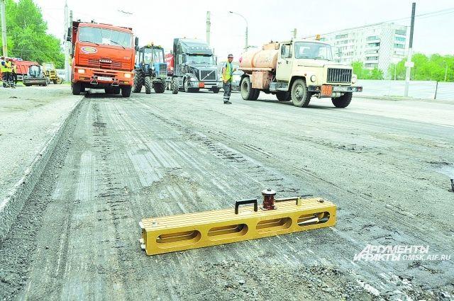 С улицы Лукашевича снимают старый слой разбитого асфальто-бетона.