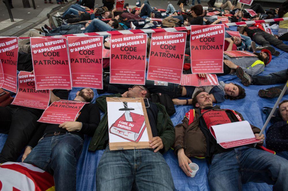 Во время массовых протестов против нового трудового законодательства на одной из улиц Парижа.
