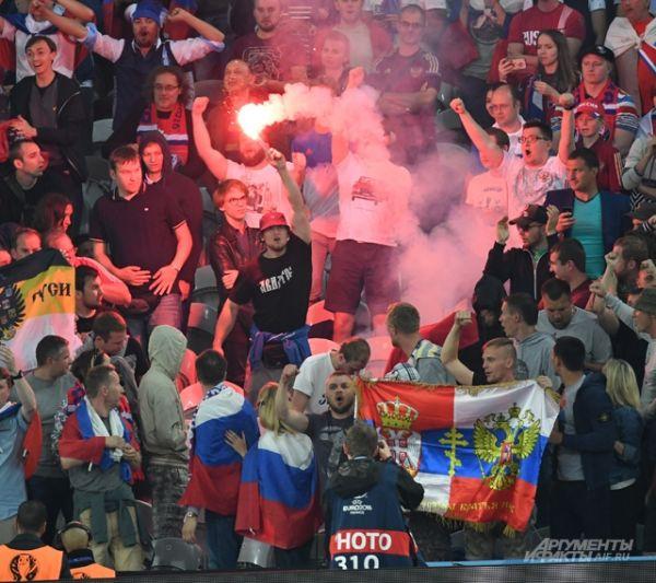 Российские болельщики жгут файеры на трибунах.
