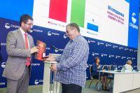 Генеральный директор управляющей компании «Социум-А» Р. Ашурбейли награждает работников за многолетний добросовестный труд в Холдинге.