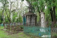 Главная аллея городского кладбища Таганрога напоминает музей захоронений дореволюционных богачей.