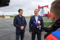 Заметитель директора департамента образования Югры Антон Тимкин и заместитель губернатора Югры Алексей Путин на площадке форума.